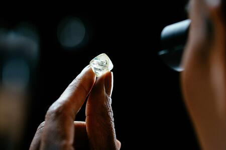 Inspecting a rough diamond  for flaws